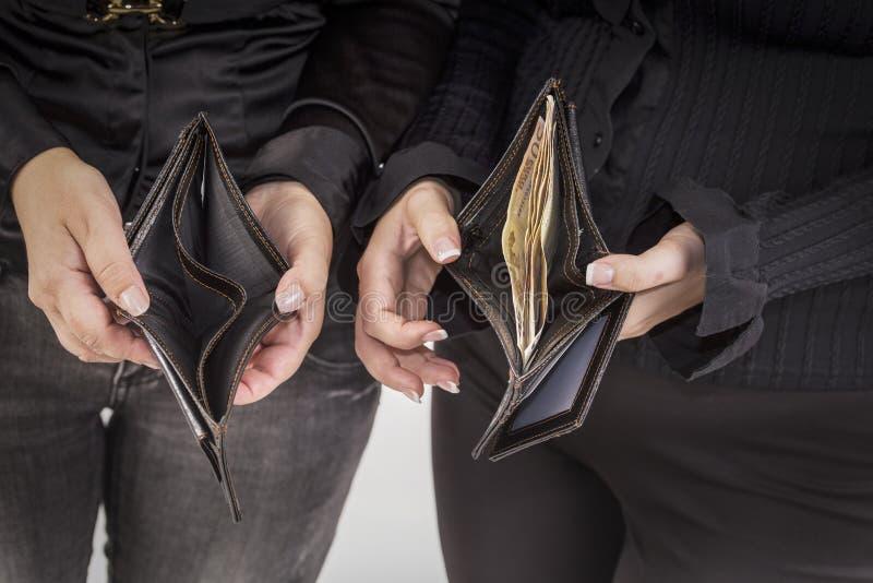Tom plånbok och ett fullt fotografering för bildbyråer