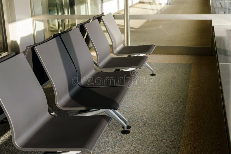 Tom plats p? flygplatsterminalen v?ntande omr?de f?r att stiga ombord royaltyfri fotografi