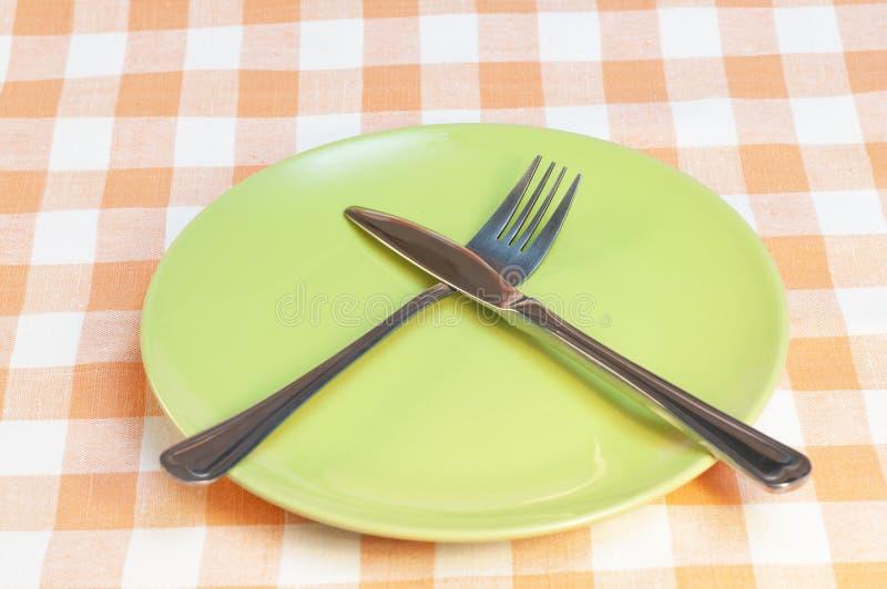 Tom platta med gaffeln och kniven royaltyfria bilder