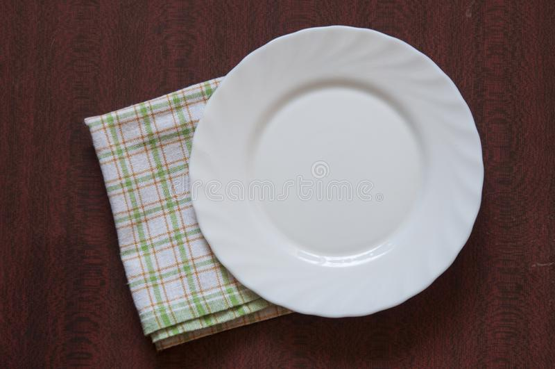 Tom platta på färgrik bordduk i en gammal trätabell royaltyfri bild