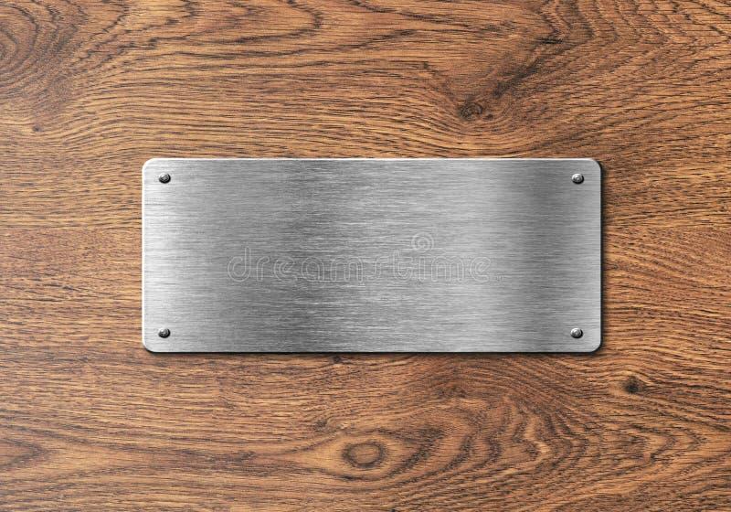 Tom polerad silverplatta på träbakgrund royaltyfri foto