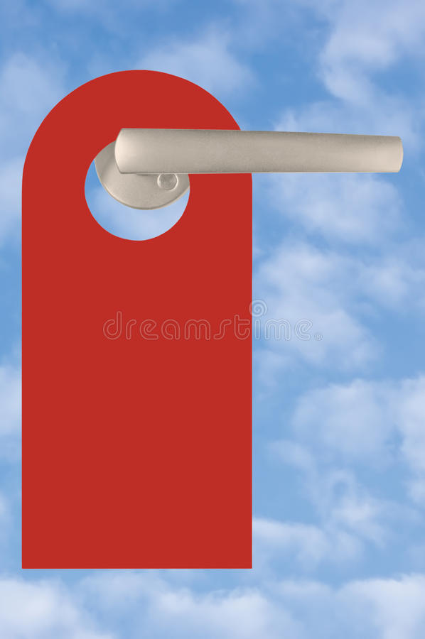 Tom röd dörretikett på handtaget, ljus sommarhimmelCloudscape bakgrund, stora vertikala Copyspace arkivfoton