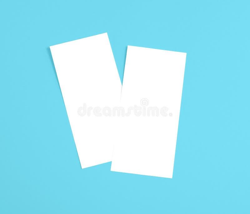 Tom reklamblad över blå bakgrund som byter ut din design royaltyfri fotografi
