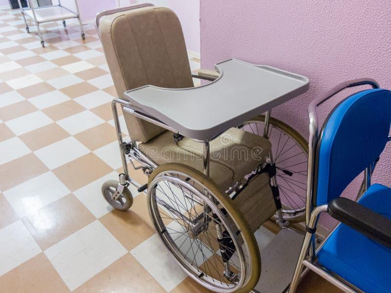 Tom rullstol i ett sjukhus royaltyfri fotografi
