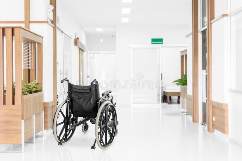 Tom rullstol som parkeras i sjukhushall arkivbild
