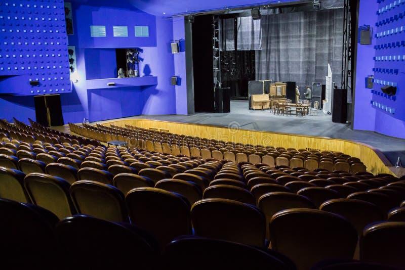 Tom salong och etapp i teatern Repetition av leken Konstnärer på etapp royaltyfria foton