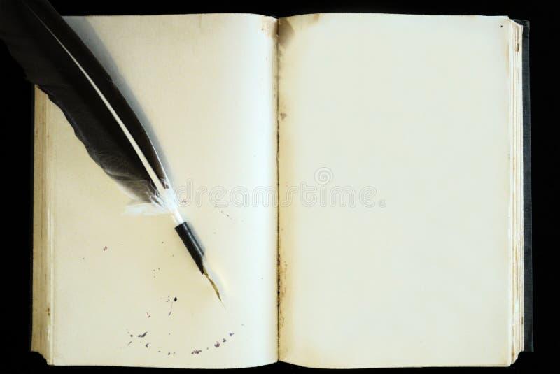 Tom sida för gammal bok och fjäderpenna royaltyfri bild