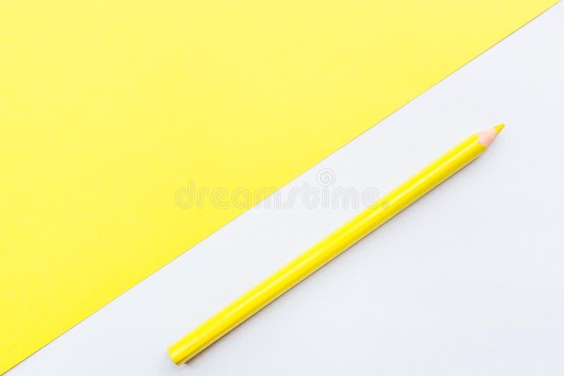 Tom sida f?r modell med den gula blyertspennan B?sta sikt med kopieringsutrymme f?r f?rlaga texten L?genheten l?gger, gul bakgrun fotografering för bildbyråer