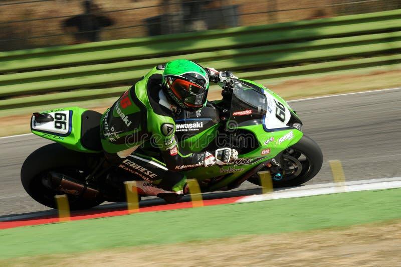 Tom Sikes των γύρων ομάδας αγώνα της Μεγάλης Βρετανίας Kawasaki στη δράση κατά τη διάρκεια της πρακτικής Superbike στο κύκλωμα Im στοκ φωτογραφία με δικαίωμα ελεύθερης χρήσης