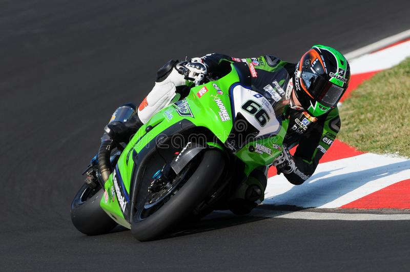 Tom Sikes των γύρων ομάδας αγώνα της Μεγάλης Βρετανίας Kawasaki στη δράση κατά τη διάρκεια της πρακτικής Superbike στο κύκλωμα Im στοκ εικόνες με δικαίωμα ελεύθερης χρήσης