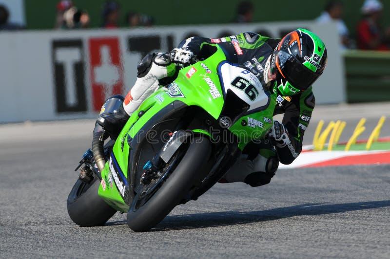 Tom Sikes av Storbritannien Kawasaki Racing Team ritter i handling under Superbikeövningen i Imola Circuit arkivfoto