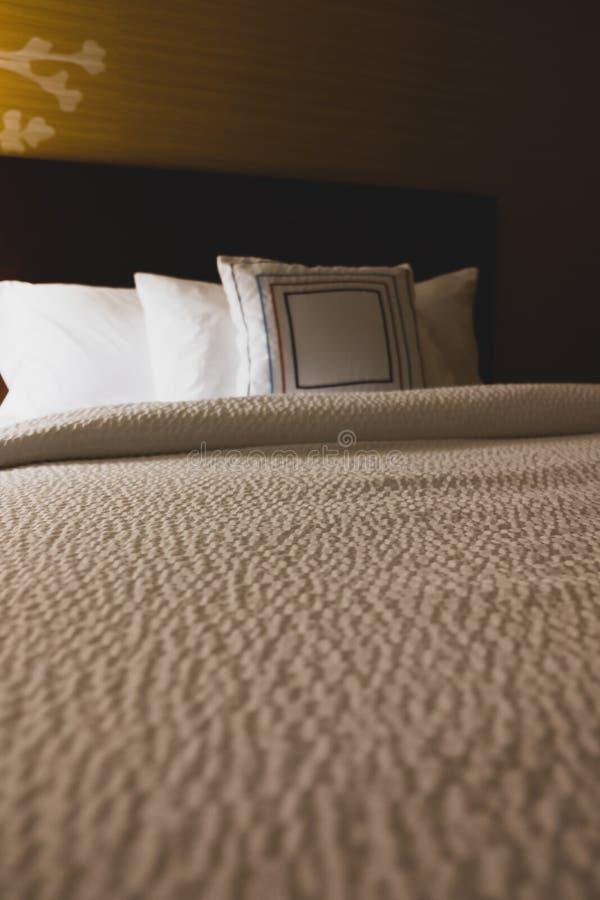 Tom sikt för hotellsängperspektiv royaltyfri fotografi