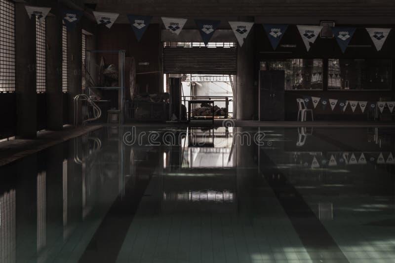 Tom simbassäng utan personer med tyst stillastående vatten Vattensporter i inomhusbassäng arkivbilder