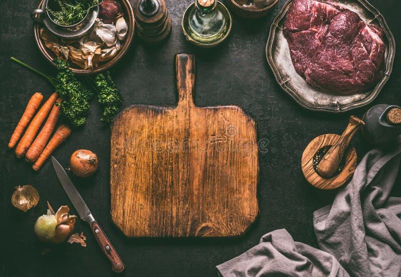 Tom skärbrädamatbakgrund Lantlig tabell med köttingredienser, grönsaker, smaktillsats och köksgeråd matlagning arkivfoton