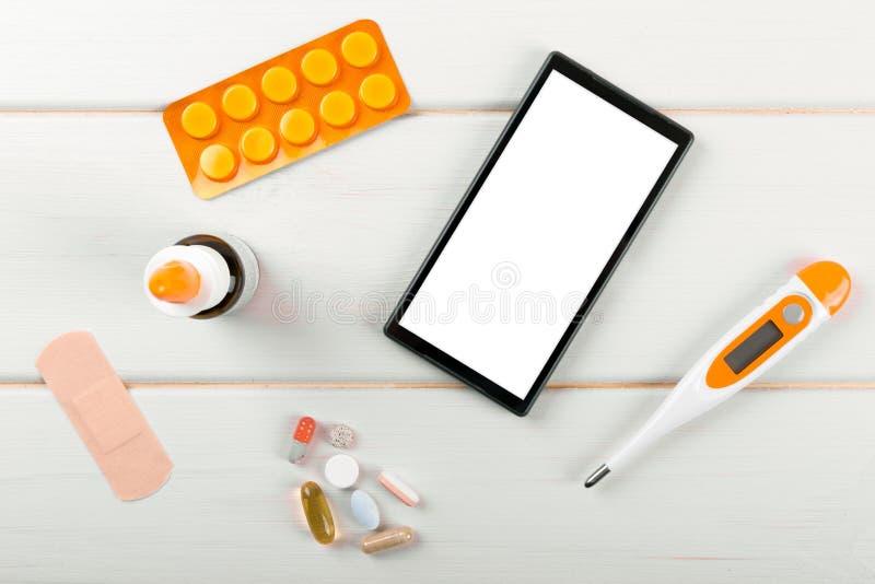 Tom smartphone med medicinska objekt på skrivbordet royaltyfria bilder