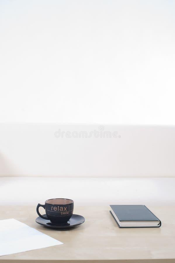 tom sofa för kaffekopp arkivfoto