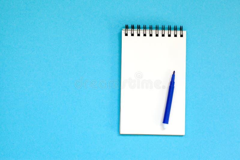 Tom spiralanteckningsbok och penna på blå bakgrund Bästa sikt med kopieringsutrymme fotografering för bildbyråer