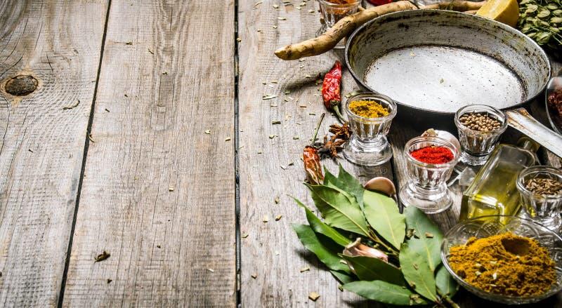 Tom stekpanna med aromatiska kryddor och örter royaltyfri fotografi