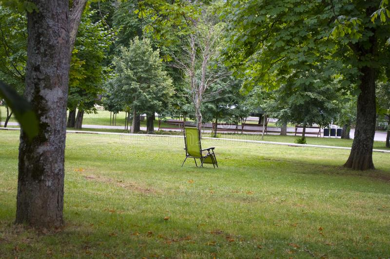 Tom stol står på gräset i parken royaltyfri fotografi