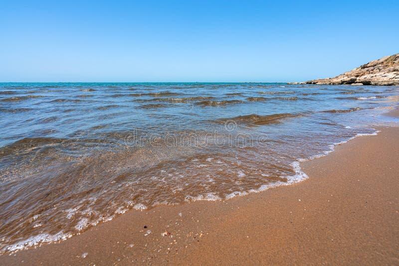 Tom strand av det varma blåa havet royaltyfri fotografi