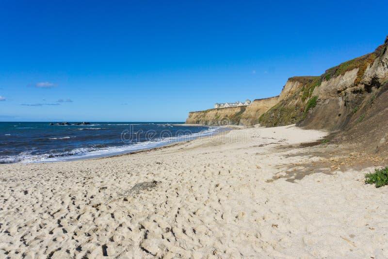 Tom strand nära Half Moon Bayen, Stilla havetkust, Kalifornien arkivbilder