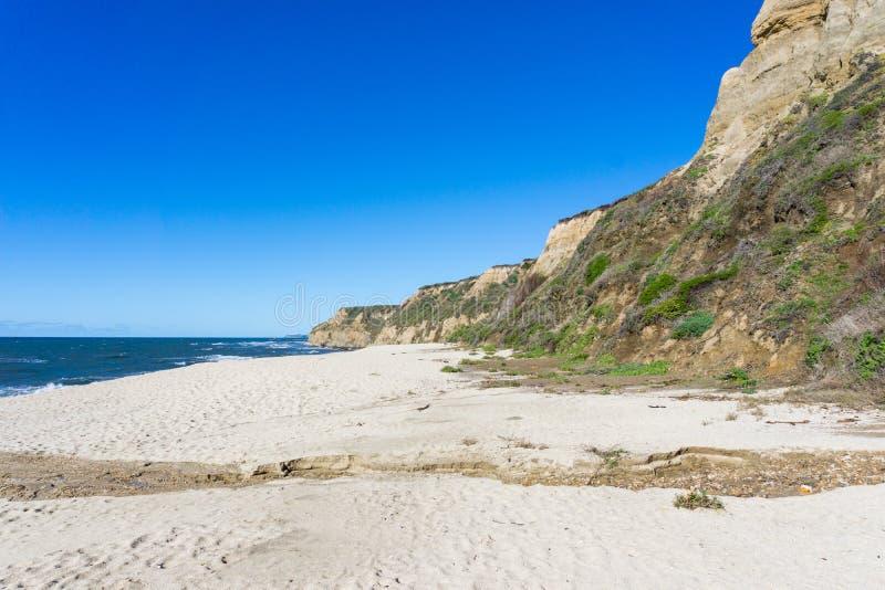 Tom strand nära Half Moon Bayen, Stilla havetkust, Kalifornien royaltyfria bilder
