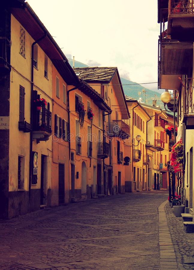 Tom street tidigt på eftermiddagen Norditalien royaltyfria bilder