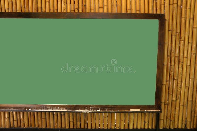 Tom svart tavla för tom grön svart tavla på naturlig bambubakgrund royaltyfri bild