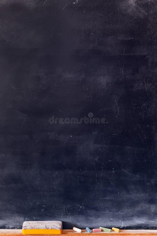 Tom svart tavlalodlinje med kulöra chalks arkivbild