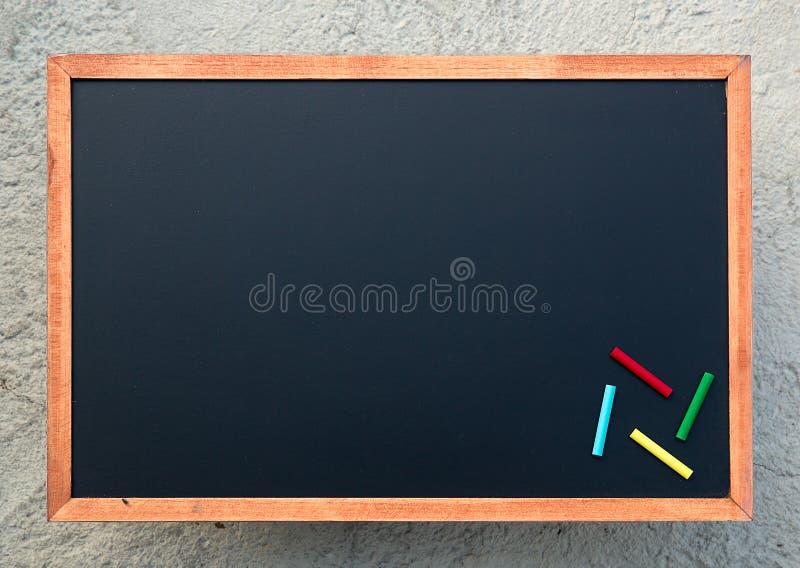 Tom svart tavlatextur med färgrika chalks, Bild för bakgrund arkivbilder