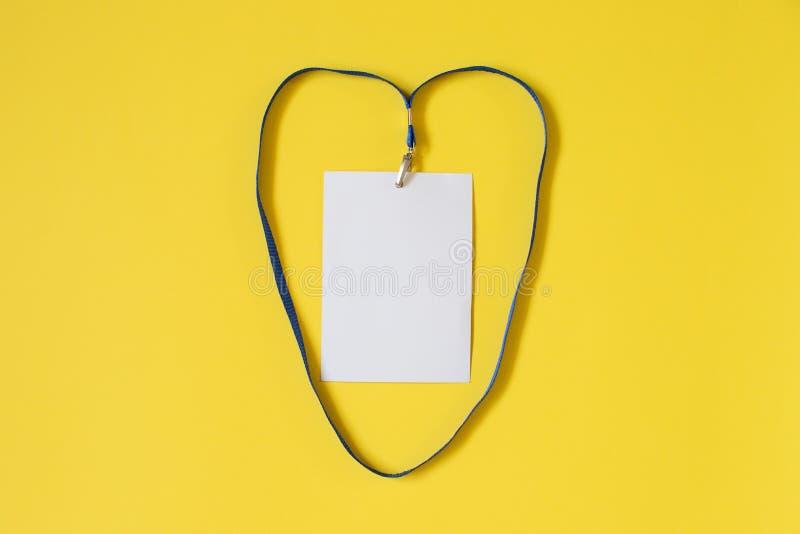 Tom symbol för legitimationkortemblem med det blåa bältet i hjärtaform på gul bakgrund arkivfoton