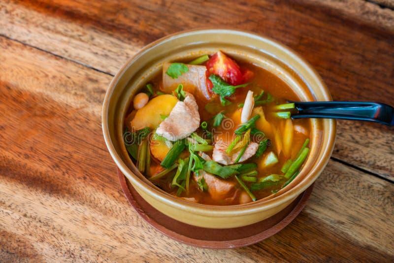 Tom tailandês Kha Gai, sopa tailandesa com galinha e vegetais fotos de stock royalty free