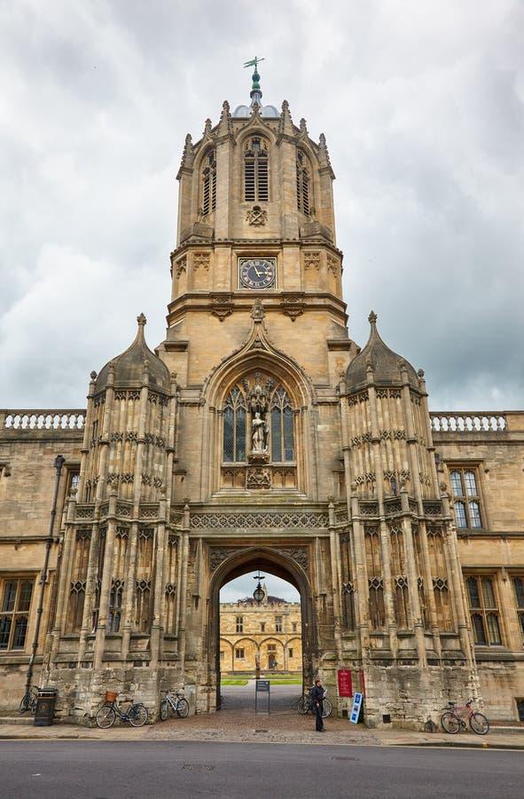 Tom Tower, a vista da rua do St Aldates Universidade de Oxford inglaterra imagem de stock royalty free