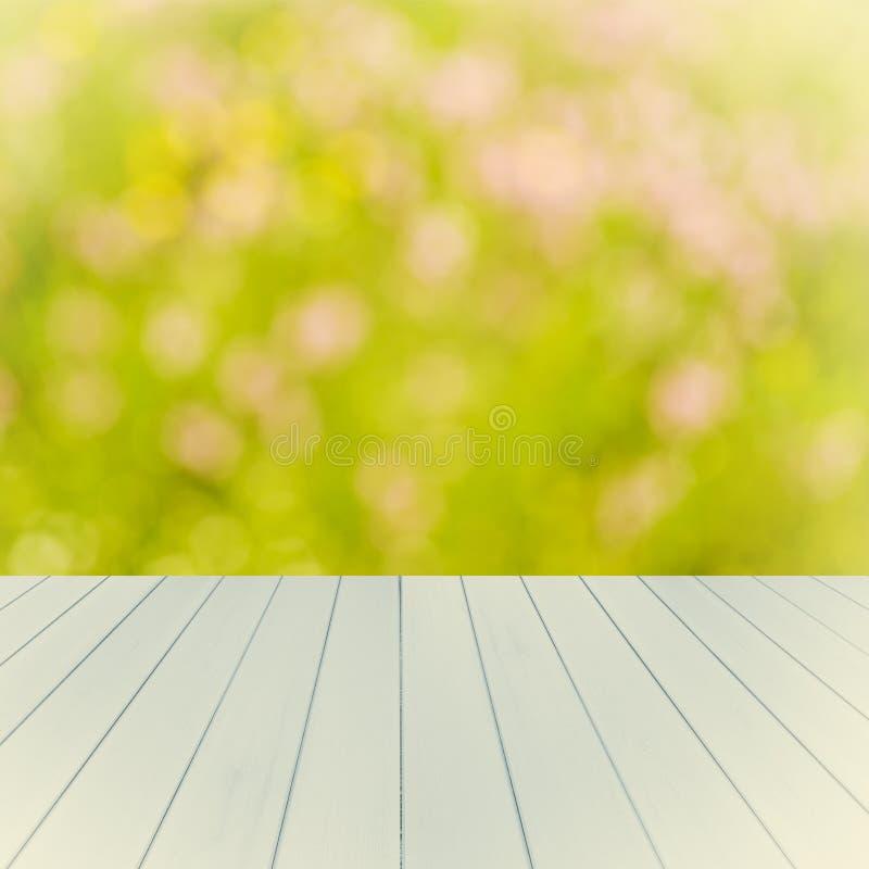 Tom trädäcktabell med mjuk fokusbakgrund Ordna till för produktskärmmontage arkivfoto