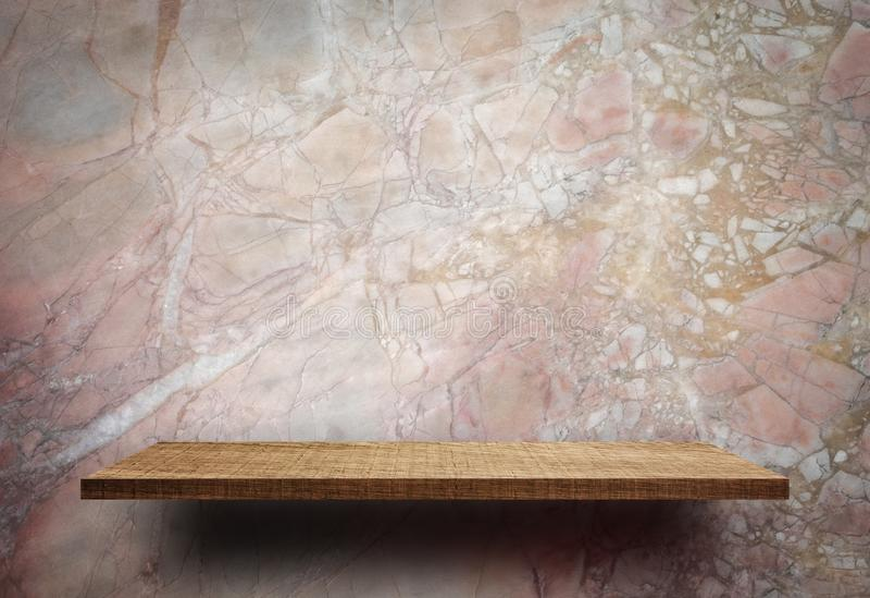Tom träskärmhylla på marmorväggen arkivbilder