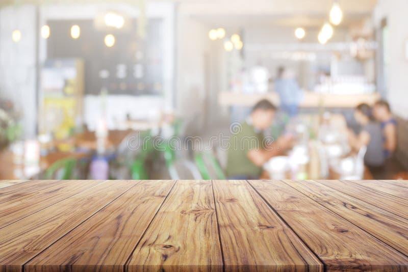 Tom trätabellöverkant med folk på restaurang- eller kaffekafébakgrund för montageproduktgåva royaltyfri fotografi