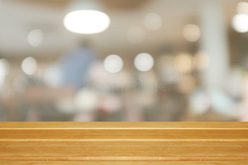 Tom trätabell och suddig modern varm kafébakgrund, royaltyfria bilder