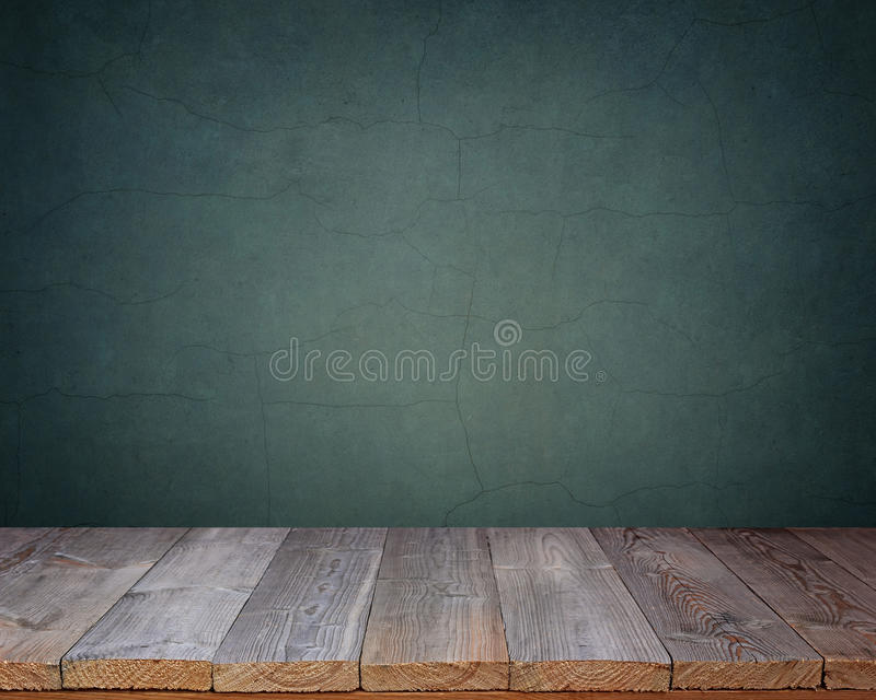 Tom trätabell på en bakgrund av den blåa väggen arkivfoton