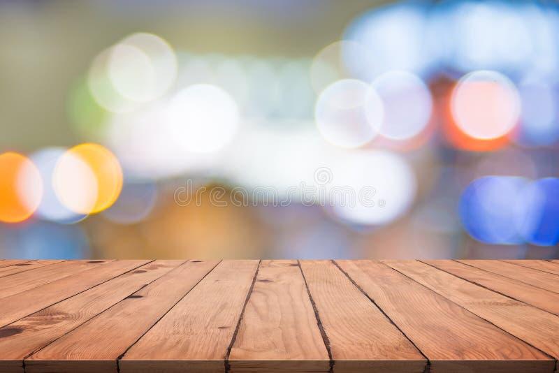 Tom tr?tabell med f?rgrik abstrakt bokeh Tapet och texturbegrepp Stadsljus och tema f?r produktetappvisning arkivbild