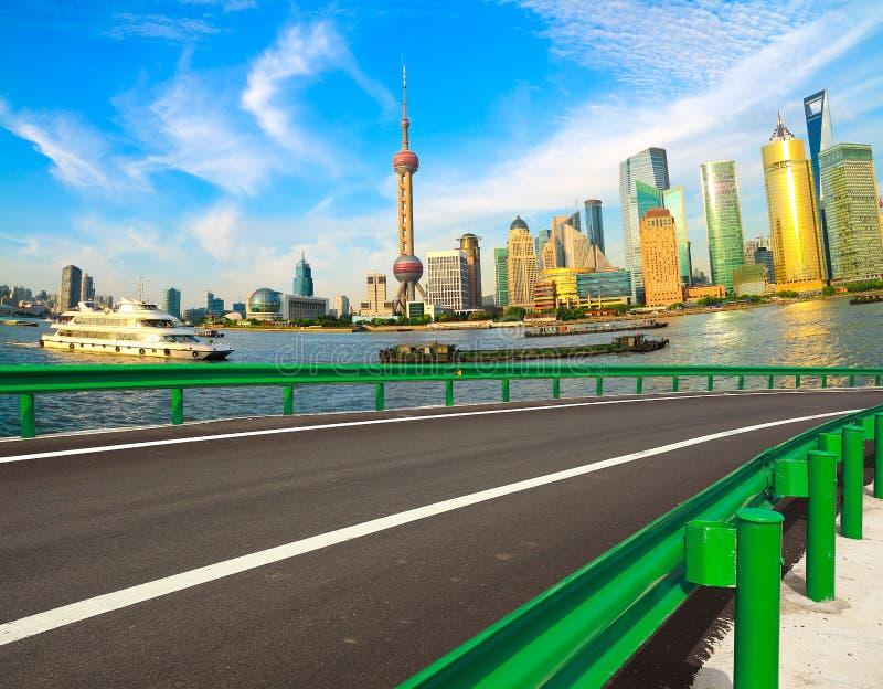 Tom väg med Shanghai Lujiazui stadsbyggnader fotografering för bildbyråer