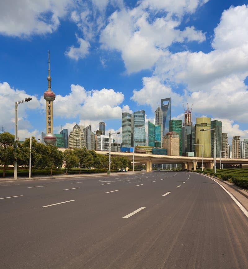 Tom väg med Shanghai Lujiazui stadsbyggnader royaltyfri bild