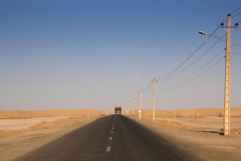 Tom väg in mot den Dasht-e Lut öknen, Iran royaltyfria foton