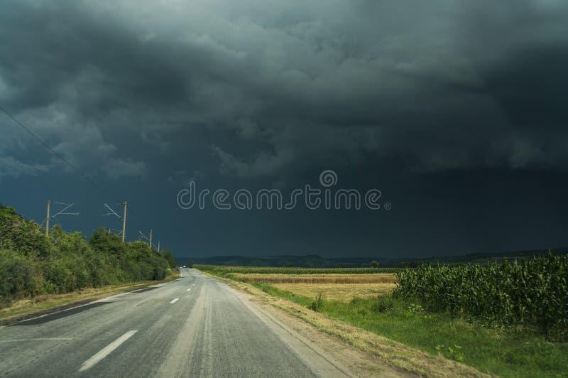 Tom väg och stormhimmel fotografering för bildbyråer