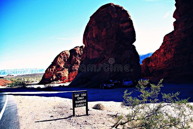 Tom väg vid Rock bildande på fält I dalen av brand, nevada stat, Amerika, natur, dal arkivbilder