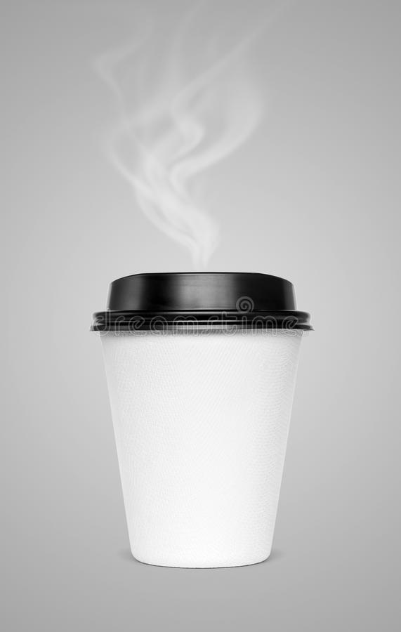 Tom varm kaffekopp med ånga som isoleras på grå bakgrund royaltyfri bild