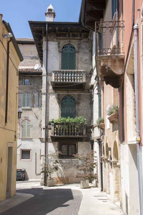 Tom Verona smal gata i sommarsäsong, gamla hus och inga personer arkivbild