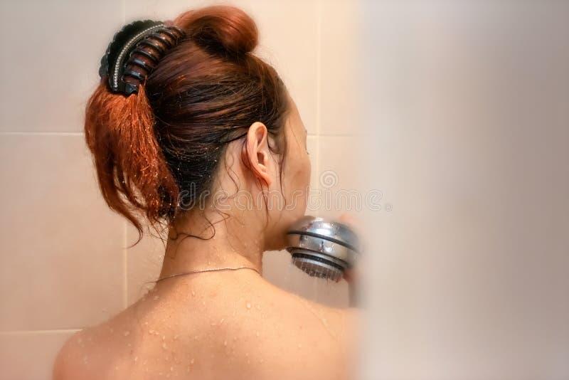 Tom View de piaulement d'une femme dans la douche images stock
