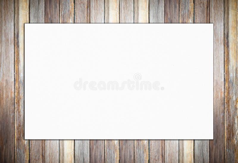 Tom vit affisch på tappningträväggbakgrund royaltyfri foto