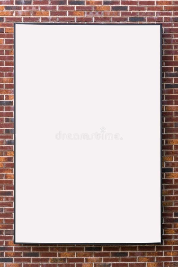 Tom vit affischtavlaåtlöje upp med fritt utrymme för din design på en tegelstenvägg royaltyfri foto