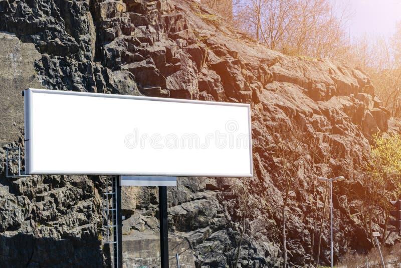 Tom vit affischtavla på stadsgatan I den bakgrundsgatan och byggnaden Åtlöje upp Affisch på gatan Tomt avstånd för text kopia fotografering för bildbyråer